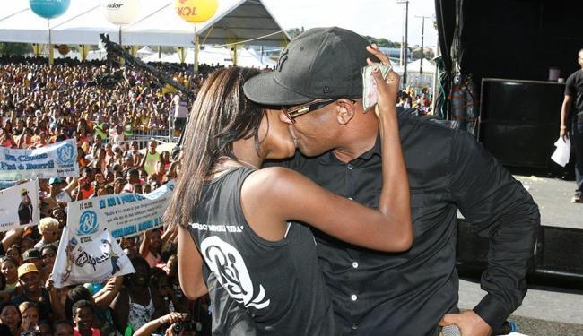 Márcio Victor chamou fãs ao palco, prometeu beijar na boca e cumpriu o prometido - Foto: Fernando Amorim | Ag. A TARDE