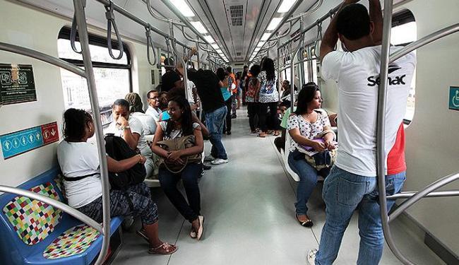 Usuários utilizando o sistema do metrô, que opera em novo horário desde esta segunda - Foto: Mila Cordeiro l Ag. A TARDE