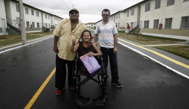 Ao lado do esposo e do filho, dona Francisca foi uma das contempladas com o imóvel - Foto: Luiz Tito   Ag. A TARDE