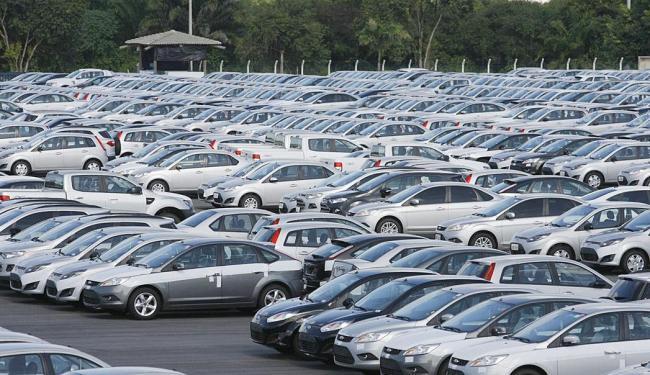 Setor espera que a redução das taxas de juros eleve a venda de veículos e reduza os estoques - Foto: Joá Souza | Ag. A TARDE | 7.8.2013