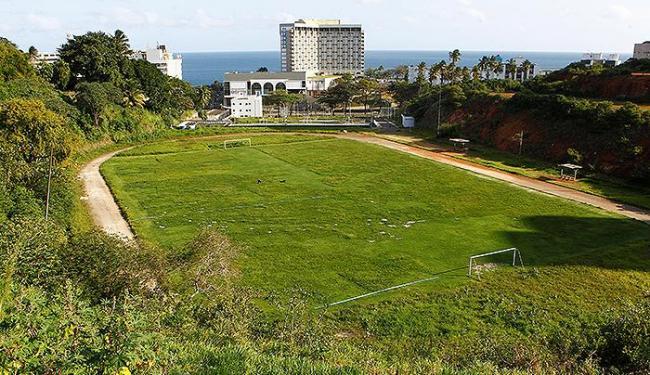 Área da obra no campus de Ondina, onde hoje há uma pista de cimento e um campo de futebol - Foto: Eduardo Martins | Ag. A TARDE