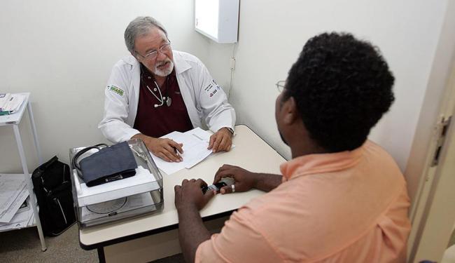 O médico português Raul Ramalho atende no subúrbio da capital baiana - Foto: Luciano da Matta   Ag. A TARDE