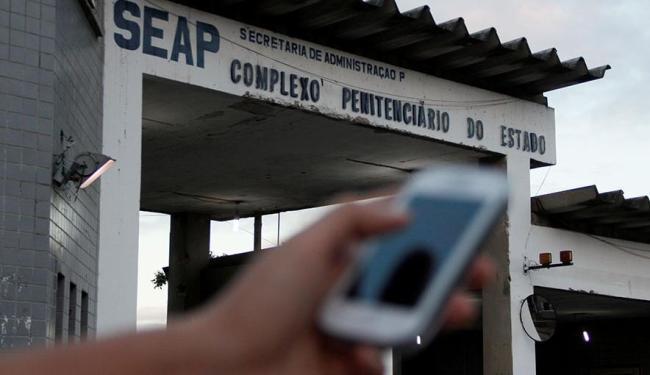 Cinco mulheres foram flagradas ao celular com internos do Presídio Salvador - Foto: Joá Souza   Ag. A TARDE   25.8.2014