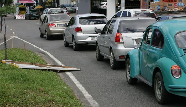 Placa na via interfere no fluxo de veículos - Foto: Luciano da Mata | Ag. A TARDE