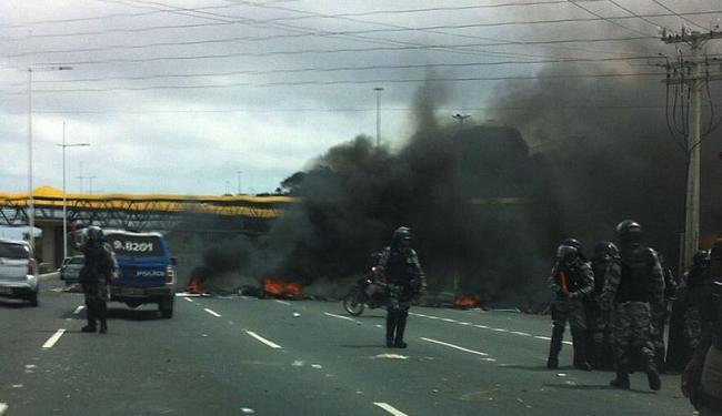 Pneus e madeiras foram queimados na altura do estádio Pituaçu - Foto: Rodrigo Reis | Foto do Internauta