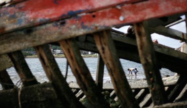 Uma das carcaças de barco na orla da Ribeira, em Salvador - Foto: Raul Spinassé   Ag. A TARDE