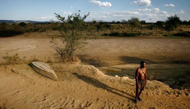 Famílias lutam pela sobrevivência em cenário de deserto - Foto: Raul Spinassé   Ag. A TARDE