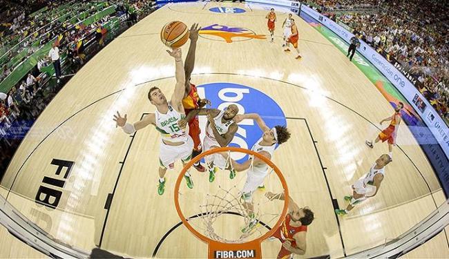 A defesa brasileira teve dificuldade para segurar o ataque da Espanha - Foto: Divulgação l FIBA