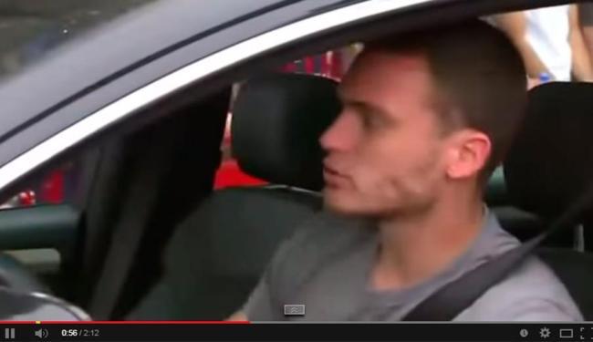Torcedores ajudaram jogador a manobrar carro na entrada de estádio - Foto: Reprodução