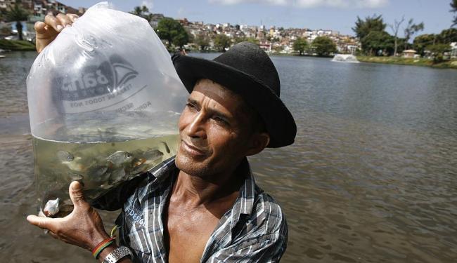 Francisco Passos assistiu às palestras de educação ambiental e ajudou a introduzir os peixes - Foto: Raul Spinassé | Ag. A TARDE