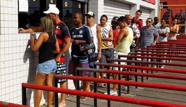 Torcida já pode ir aos pontos de venda garantir o ingresso - Foto: Eduardo Martins   Ag. A TARDE 30.03.2013