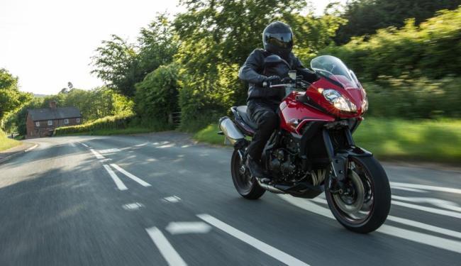O modelo de 1050 cc tem apelo esportivo e melhorias no motor - Foto: Triumph | Divulgação