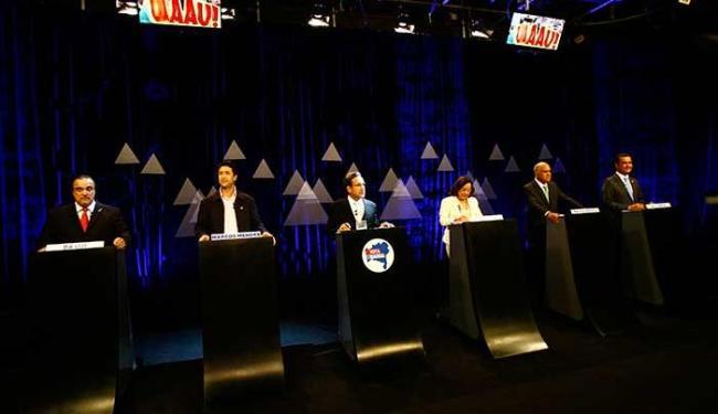 Candidatos estão à postos para o início do debate - Foto: Margarida Neide   Ag. A TARDE