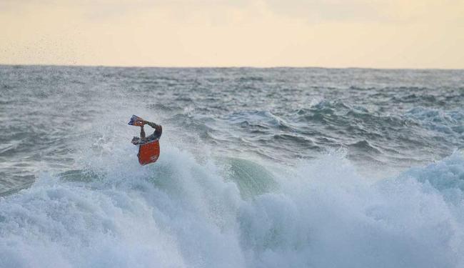 Conhecido como o 'Baiano Voador', Uri Valadão faz valer o apelido com suas manobras radicais - Foto: Dêxa | Divulgação