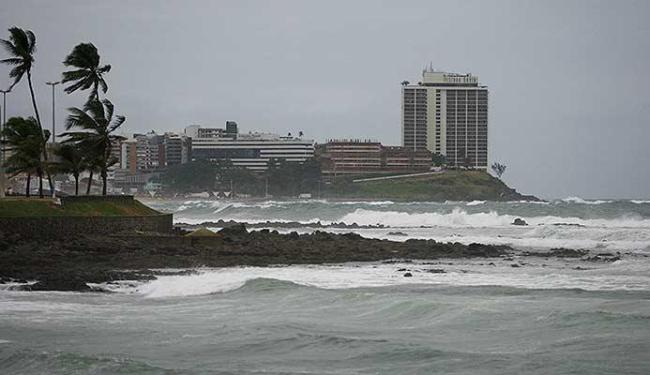 Verão vai se com mais chuvas e o mar estará batido - Foto: Joá Souza | Ag. A TARDE