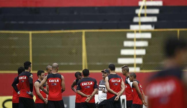 Responsável pela reviravolta do leão no campeonato, Ney Franco orienta titulares em antes de treino - Foto: Raul Spinassé   Ag. A TARDE