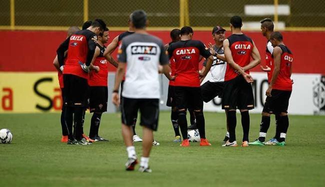 Ney Franco conversou com os jogadores para orientá-los para a partida contra o Galo mineiro - Foto: Raul Spinassé | Ag. A TARDE