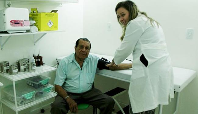 Waldir de Oliveira Araújo é atendido por enfermeira - Foto: Adilton Venegeroles | Ag. A TARDE | 16.09.2014