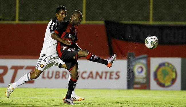 Willie toca de cobertura na saída de Magrão e faz um golaço no Barradão - Foto: Eduardo Martins   Ag. A TARDE