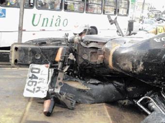 Motocicleta ficou destruída após o impacto - Foto: Divulgação l Transalvador