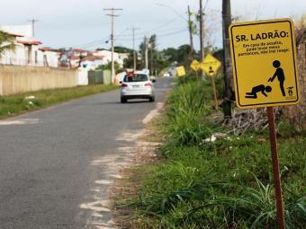 Moradores de Stella já haviam alertado sobre a insegurança na região através de placas - Foto: Mila Cordeiro | Ag. A TARDE | 26.09.2014