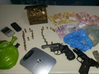 Armas, dinheiro, munição e máscara foram apreendidos durante ação policial - Foto: Ascom   Polícia Civil