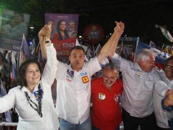 A ministra Miriam Belchior participou do comício de Rui Costa em Camaçari - Foto: Lúcio Távora   Ag. A TARDE