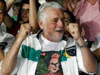 .Wagner no primeiro turno comemorando votação de Dilma - Foto: Raul Spinassé | Ag. A TARDE