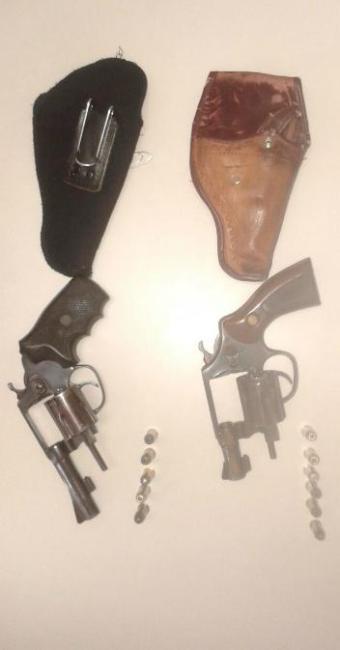 Dupla de guardas municipais foi flagrada portando revólveres calibre 38 - Foto: Ascom | Polícia Civil