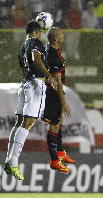 Edno perde lance aéreo contra a zaga goiana. Seus dois gols foram ofuscados pelo revés no 2ª tempo - Foto: Eduardo Martins | Ag. A TARDE