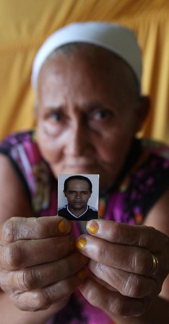 Dona Filomena mostra foto do filo morto em conflito com índios - Foto: Lúcio Távora | Ag. A TARDE