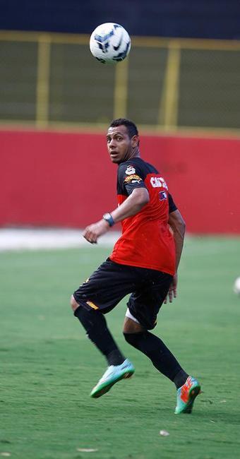 O lateral -esquerdo Mansur treina no Barradão - Foto: Joá Souza | Ag. A TARDE