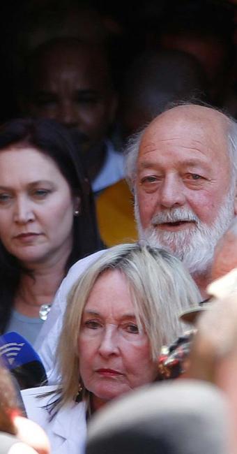 June e Barry Steenkamp, pais de Reeva Steenkamp, no dia do julgamento de Pistorius - Foto: Mike Hutchings | Agência Reuters