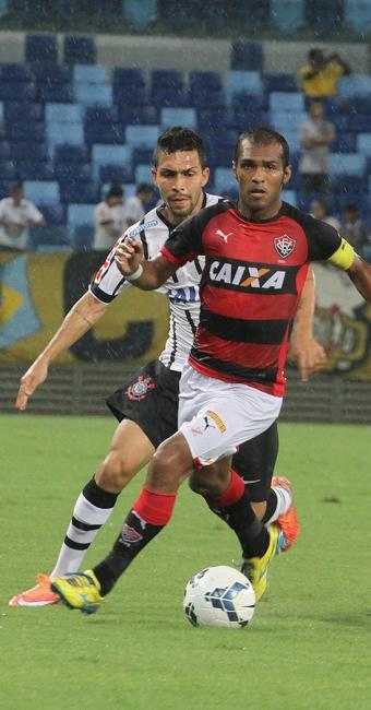 Richarlyson lutou para marcar as investidas do Corinthians e criar jogadas de ataque - Foto: Chico Ferreira l Futura Press l Estadão Conteúdo