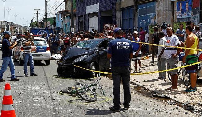 Carro colidiu em poste na avenida Suburbana, próximo à Cesta do Povo do Lobato - Foto: Eduardo Martins l Ag. A TARDE