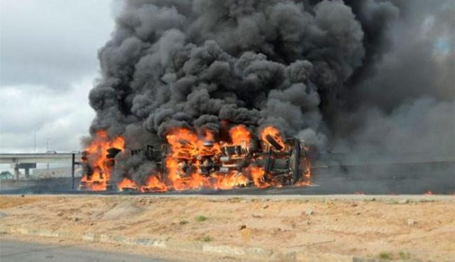 O veículo ficou completamente tomado pelas chamas - Foto: Reprodução | Site Acorda Cidade