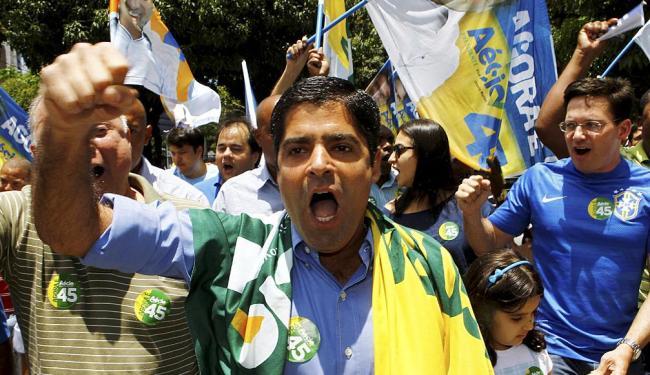 Neto chegou à sua zona eleitoral com uma bandeira pró-Aécio nos ombros - Foto: Eduardo Martins | Ag. A TARDE