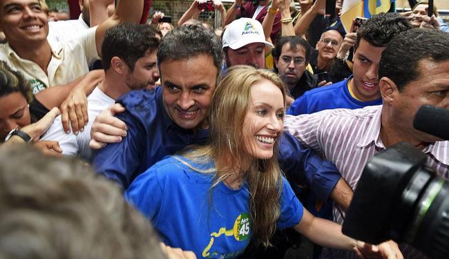 Aécio Neves e a esposa Letícia Weber após votarem em BH - Foto: Agência Reuters