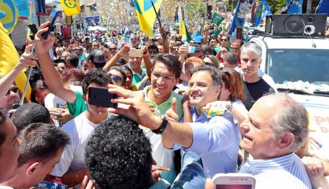 Aécio chegou às 17h43 no local com a sua mulher, Leticia Weber, e os filhos - Foto: Agência Brasil