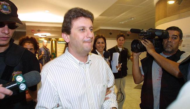 Youssef é conduzido por agentes na ocasião que foi preso pela Polícia Federal - Foto: Aniele Nascimento   AE   Arquivo Ag. A TARDE