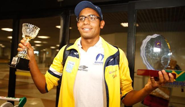 Allan do Carmo exibe troféus após chegada no aeroporto de Salvador - Foto: Edilson Lima  Ag. A TARDE