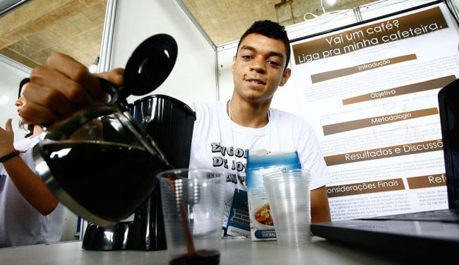 Aluno Matheus Correia criou sistema eletrônico que aciona uma máquina de café através de um celular - Foto: Marco Aurélio Martins   Ag. A TARDE