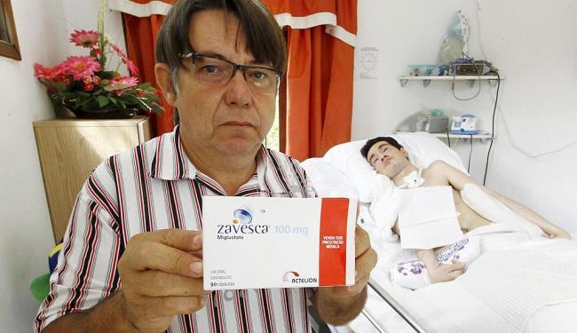 André Barreto, pai do jovem Adenilton (ao fundo), vai frequentemente ao HGE à procura do medicamento - Foto: Eduardo Martins | Ag. A TARDE