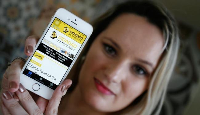 Débora Rivera, 27, acredita que o aplicativo ajudará na conscientização dos motoristas - Foto: Fernando Amorim | Ag. A TARDE | 27.10.2014