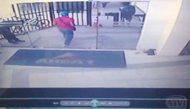 Imagens das câmeras de vigilância mostram Railan (de vermelho) entrando na faculdade - Foto: Reprodução