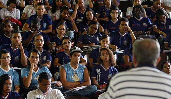 Estudantes aproveitam para tirar dúvidas durante aulão - Foto: Lúcio Távora   Ag. A TARDE