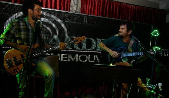 Baixista Luciano Calazans em performance com Saulo no evento de apresentação de site e aplicativo - Foto: Joá Souza   Ag. A TARDE   29.10.2014