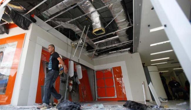 Bandidos explodem caixa do Banco Itaú - Foto: Foto: Edilson Lima | Ag. A TARDE