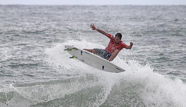 Bino Lopes rasga onda na Praia da Tiririca - Foto: Fabriciano Jr. l Dendê Produções