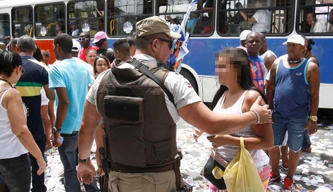Policial coibi boca de urna em Salvador - Foto: Fernando Amorim | Ag. A TARDE